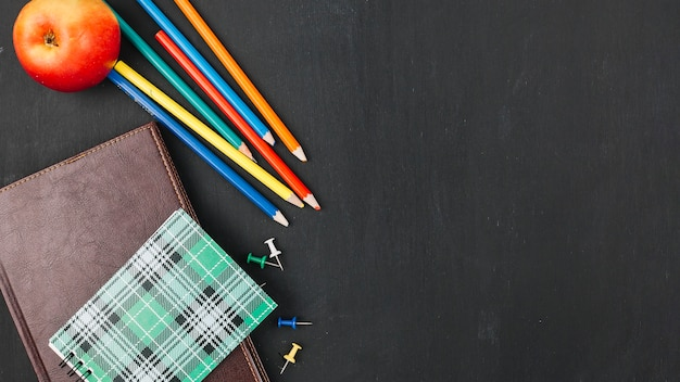 Multicolurful potloden dichtbij notitieboekje Gratis Foto