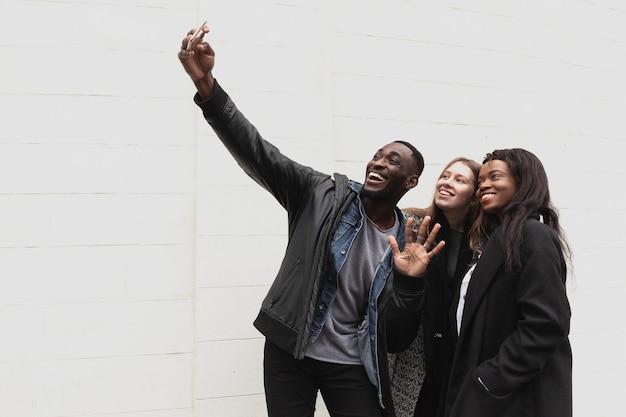 Multiculturele vrienden nemen selfie kopie ruimte Gratis Foto