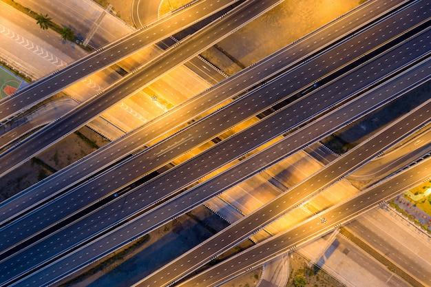 Multilevel verhoogde snelwegknooppuntweg die door moderne stad in veelvoudige richtingen overgaat Premium Foto
