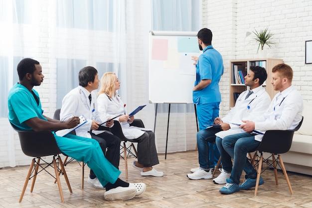 Multinational doctors group diagnostic meeting. Premium Foto