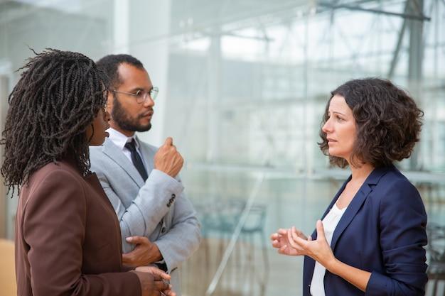 Multiraciale collega's praten Gratis Foto