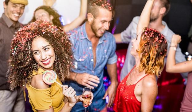 Multiraciale gelukkige vrienden plezier drinken van wijn op vooravond feest Premium Foto