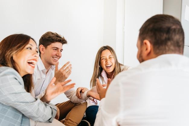Multiraciale groep collega's die samen lachen Gratis Foto