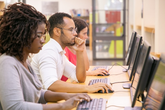 Multiraciale groep studenten die in computerklas opleiden Gratis Foto
