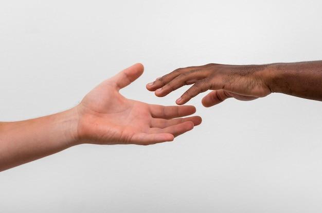 Multiraciale handen komen samen Gratis Foto
