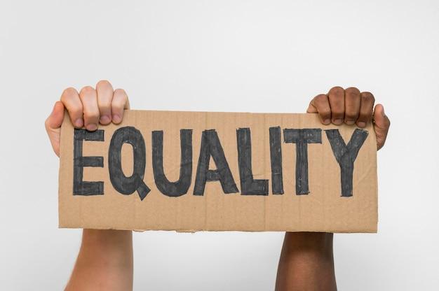 Multiraciale handen met karton met gelijkheid Gratis Foto