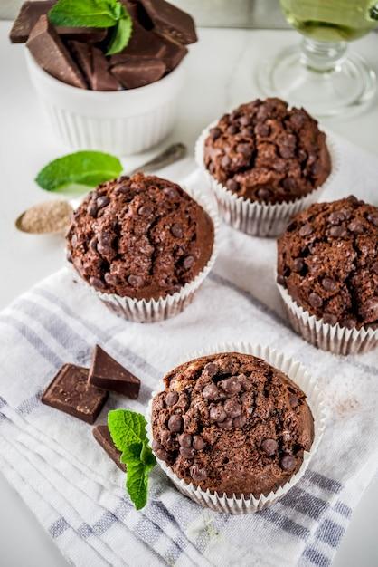 Munt en chocolademuffins met munt Premium Foto