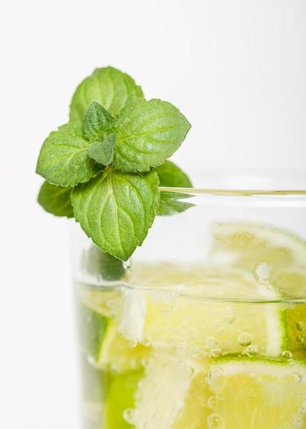 Munt met citroen in het glas Gratis Foto