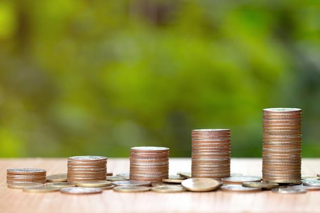 Munt stapels op de houten tafel Premium Foto