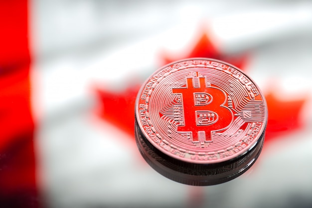 Munten bitcoin, tegen de achtergrond van de vlag van canada, concept van virtueel geld, close-up. conceptueel beeld. Gratis Foto