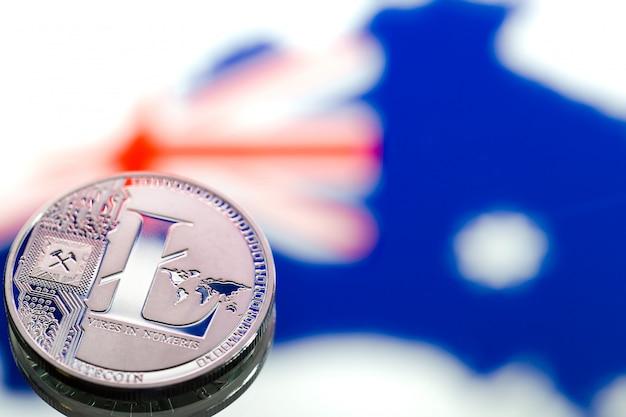 Munten litecoin, tegen de achtergrond van australië en de australische vlag, concept van virtueel geld, close-up. conceptueel beeld. Gratis Foto