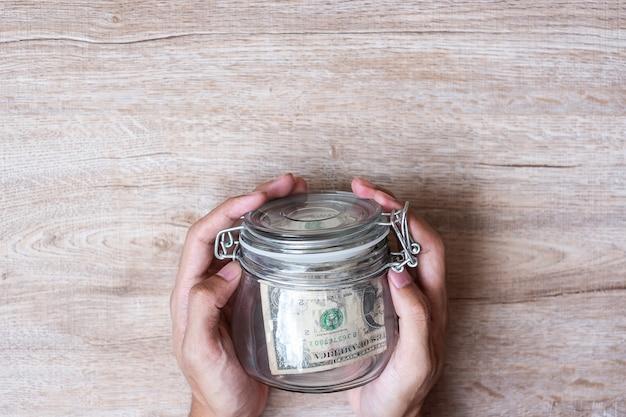 Muntengeld in glazen pot. wereldspaardag, zaken, investeringen, pensioenplanning Premium Foto