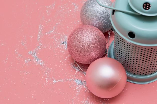 Muntlamp en roze ballen Premium Foto