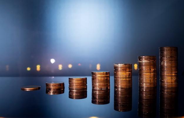 Muntstapelstapel het groeien voor financiën en bedrijfsconcept, die geldconcept besparen. Premium Foto