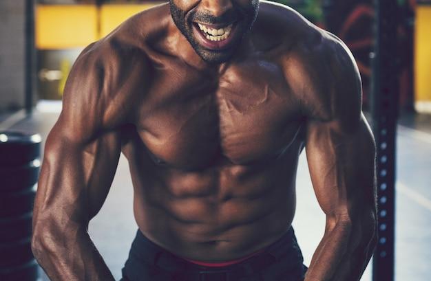 Muscle man in de sportschool Premium Foto