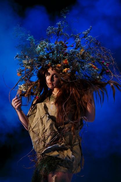 Muse uit het bos, staand in blauw licht en rook Premium Foto