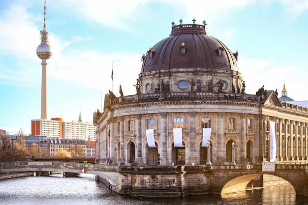 Museumeiland en tv-toren op alexanderplatz, berlijn, duitsland Premium Foto