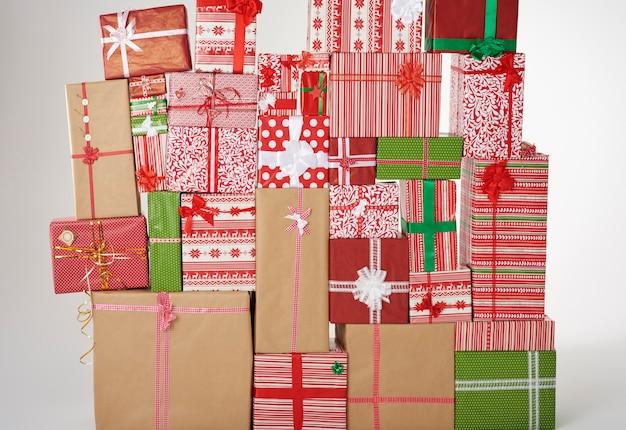 Muur van grote kerstcadeautjes Gratis Foto
