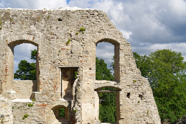 Muurfragment van bisschoppelijk kasteel haapsalu. middeleeuws kasteel van bisschop, estland. Premium Foto