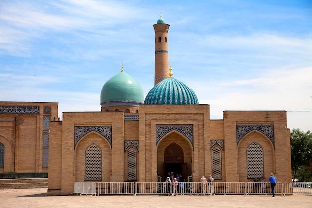 Muyi muborak madrasah in het khast imam-complex in tasjkent in oezbekistan. bibliotheek, koran. Premium Foto