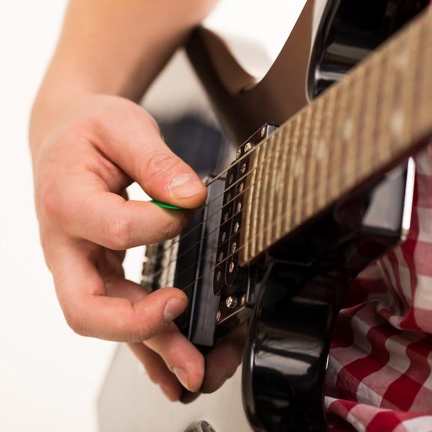 Muziek, close-up. jonge musicus die elektrogitaar houdt Gratis Foto