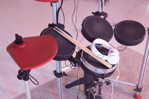Muziek, hobby, muziekinstrumentenconcept - trommel met drumsticks en koptelefoon, bovenaanzicht Premium Foto