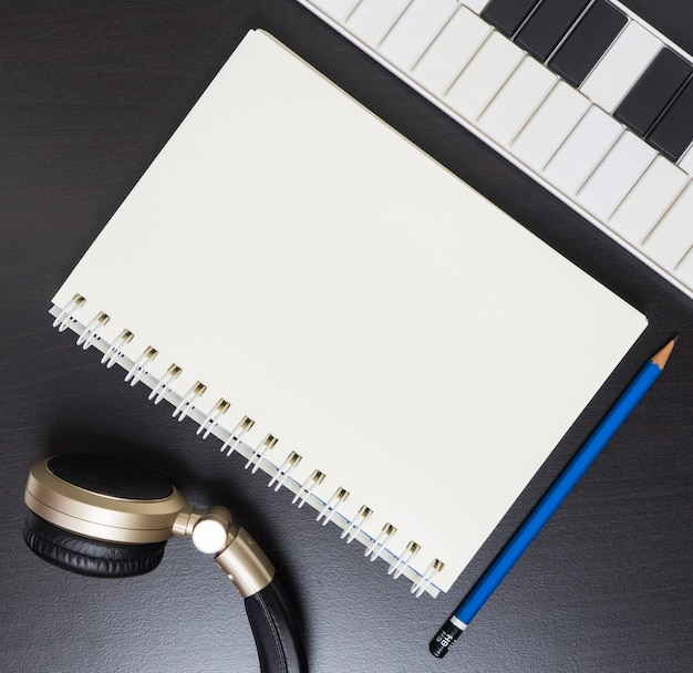 Muziek schrijfgerei. lege boekenpagina voor muziek kopie ruimte. Premium Foto