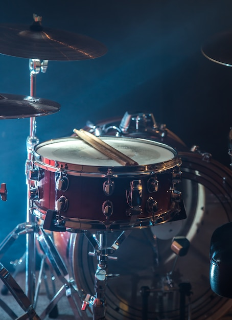 Muziekinstrumenten drumstel, lichtflits, een prachtig licht met kopie ruimte Gratis Foto