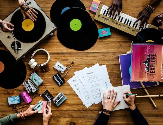 Muziekliefhebbers met vinylplaten Premium Foto