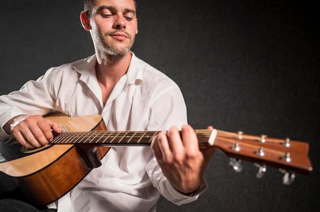 Muzikant akoestische gitaar spelen Gratis Foto