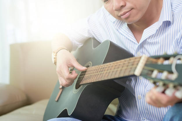 Muzikant gitaar spelen Gratis Foto