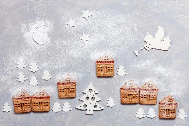 Mysterieus winterdorp gemaakt van zelfgemaakte kerstkoekjes met houten kerstbomen decor Premium Foto