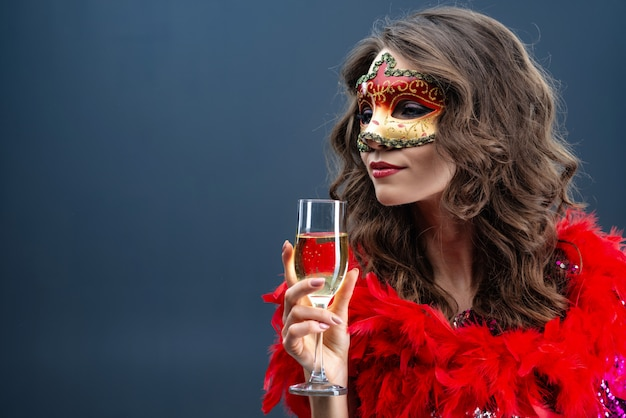 Mysterieuze vrouw die venetiaans carnaval-masker draagt Premium Foto