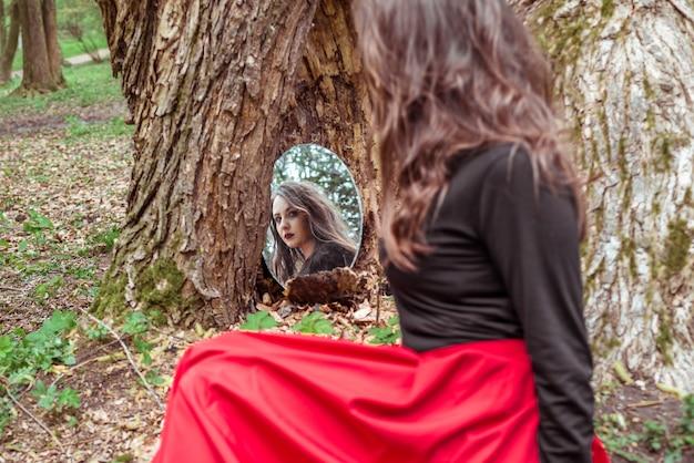Mystieke vrouw kijkt in de spiegel Premium Foto