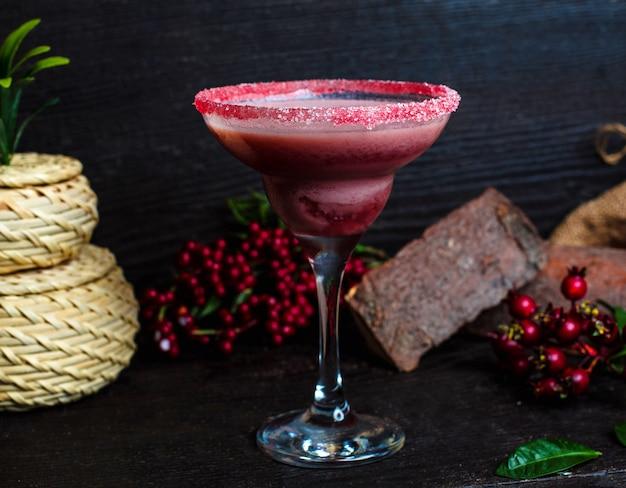 Ñ ranberry drinken in een glas bedekt met roze zand Gratis Foto
