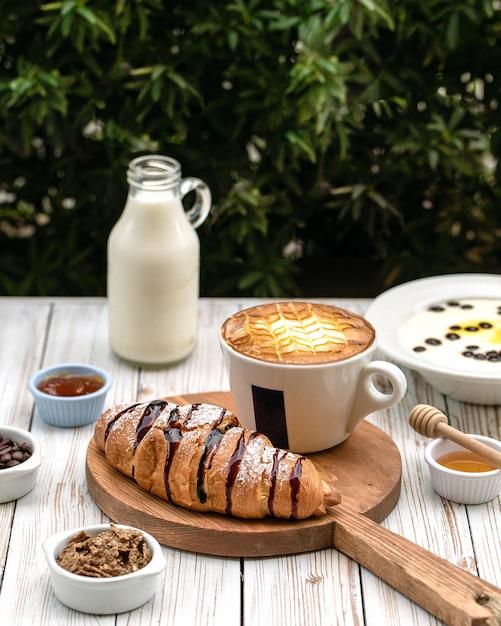 Ñ roissants geserveerd met een kopje koffie Gratis Foto