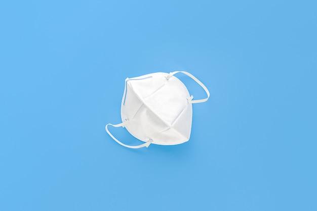 N95 masker ter bescherming tegen stof pm2.5 en virus geïsoleerd op lichtblauw Premium Foto