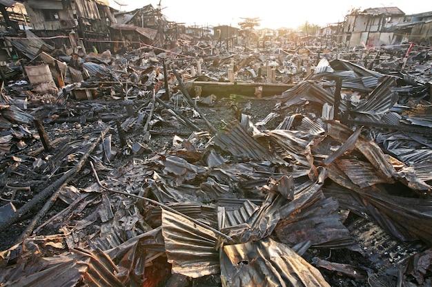 Na brand bij krottenwijk in bangkok, thailand Premium Foto