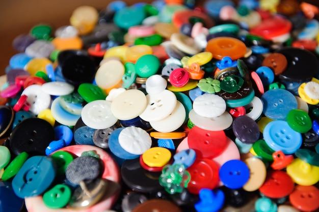 Naaien knoppen achtergrond. kleurrijke naaien knoppen textuur. Premium Foto