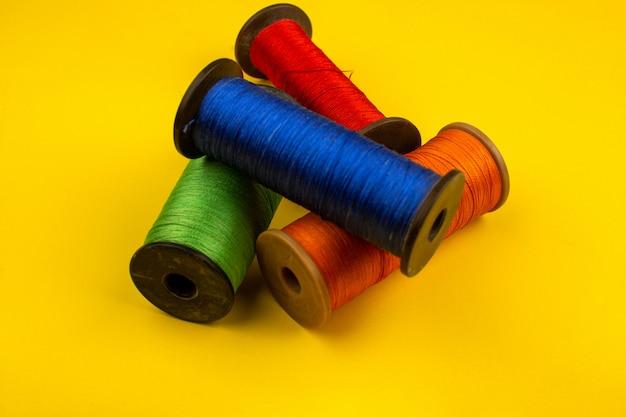 Naaigaren kleurrijk Gratis Foto