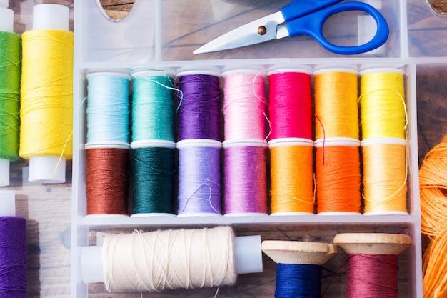 Naaihulpmiddel voor handwerk. gekleurde draden, Premium Foto