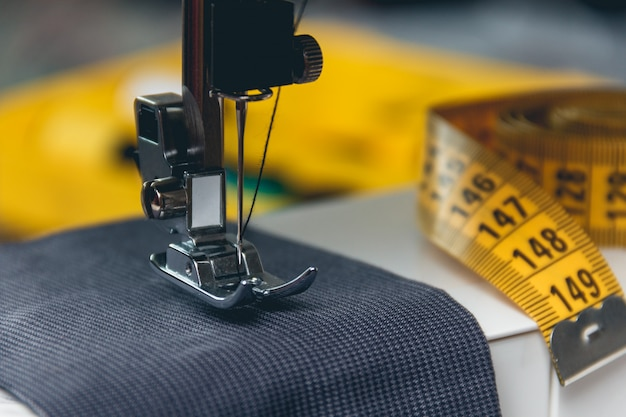 Naaimachine en kledingstuk Premium Foto