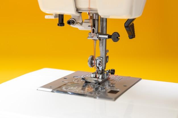 Naaimachine op tafel in de werkplaats van de kleermaker Premium Foto