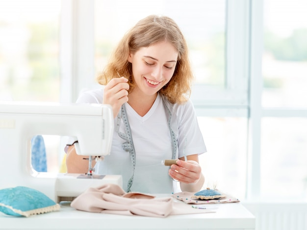 Naaister naaien nieuw ontwerp door handen Premium Foto