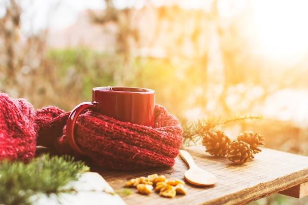 Naaldboomkegels en takjes dichtbij sweater en drank Gratis Foto