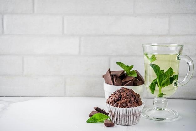 Naar huis gebakken munt en chocolademuffins met muntthee Premium Foto
