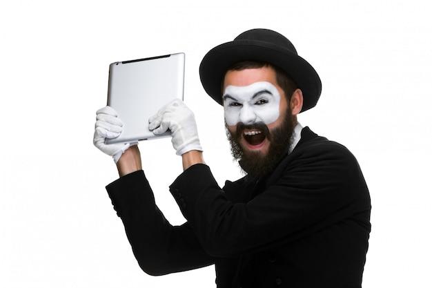 Nabootsen als een zakenman computer in woede gooit. Gratis Foto