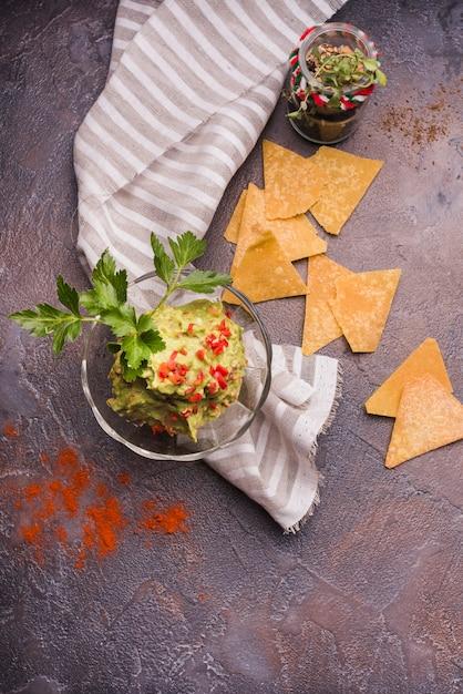 Nachos dichtbij guacamole in kom en servet Gratis Foto