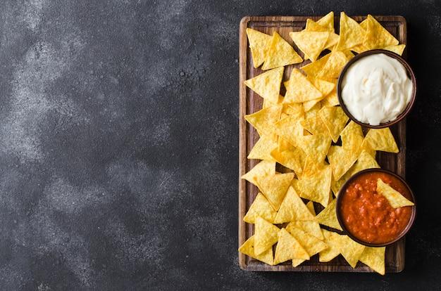 Nachos mais chips met pittige tomaat en kaassausen. Premium Foto