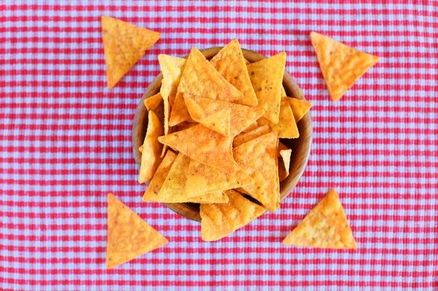 Nachos maïs chips op rood geruit Premium Foto